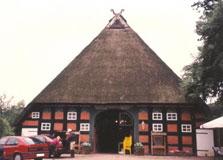 Reinhard Baumgart, ehemaliger Geschäftsführer der Verdener Auktion Hannoveraner Team und Züchter und Trainer. Das Haus ist ein typisches gezeigt Stil für Hannoveraner Züchter in der niedersächsischen Region.