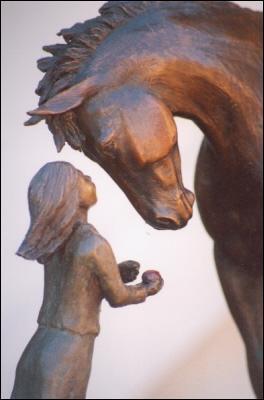 Pferd Skulptur der jungen Mädchen füttert ihr Pferd einen Apfel. Skulptur mit dem Titel Erste Liebe