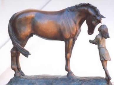 Pferd Skulptur des jungen Mädchens mit ihrem ersten Pferd, mit dem Titel Skulptur Erste Liebe