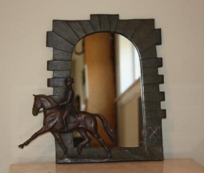 Pferdesport Geschenk Artikel: Spiegel mit Rahmen auf Celle Hengststall Eingang und Dressur Pferd und Reiter in Bronzerelief Basis